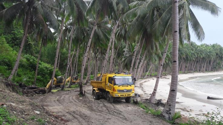 Maquinas en la via a playa blanca de Port Barton