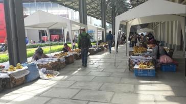 Puestos de fruta en la estación central del teleferico en La paz