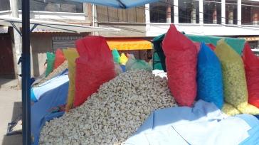 Montañas de maiz que venden por todaspartes en la calle