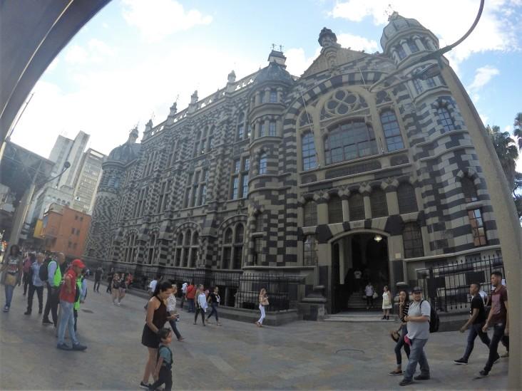 Palacio de la cultura en la plaza de Botero